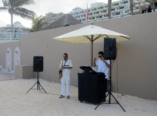 Paradisus Cancun: Saxophone musician on beach