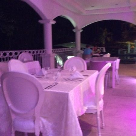 Shana By The Beach, Hotel Residence & Spa : restau la nuit