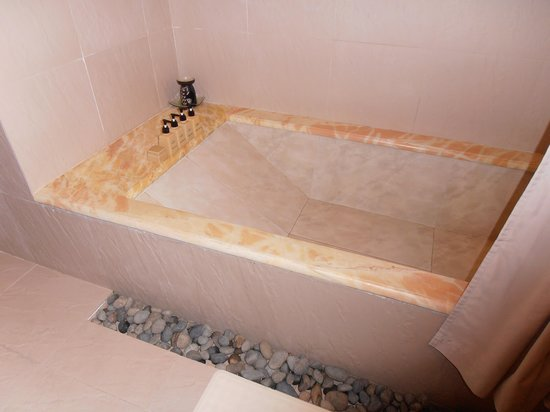 Palm Garden Beach Resort & Spa: The bath!