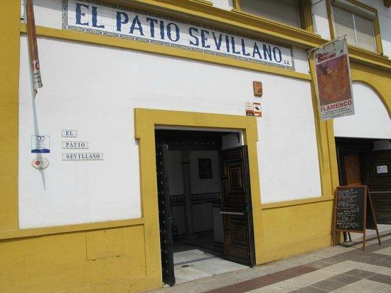 El Patio Sevillano: Entrada del restaurante