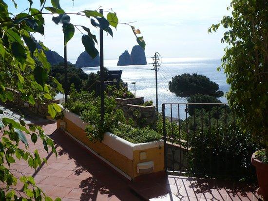 Hotel Weber Ambassador Capri: Pool terrace looking towards the Faraglioni