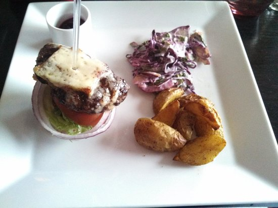 First Hotel Reisen : I split the burger on the menu with my sister... Nice presentation