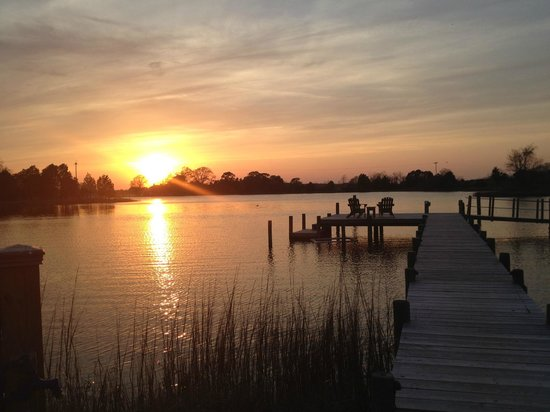 The Inn at Tabbs Creek Waterfront B&B : Great sunsets from the back yard