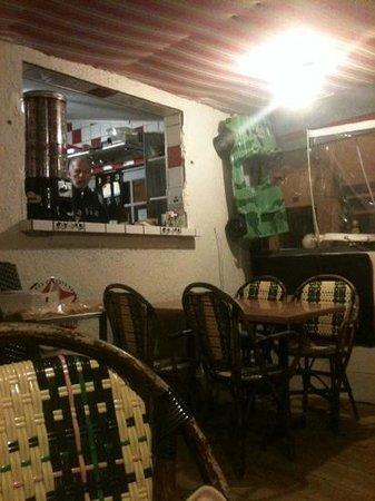 Roc & Co Café : la petite salle du resto avec vue sur la cuisine