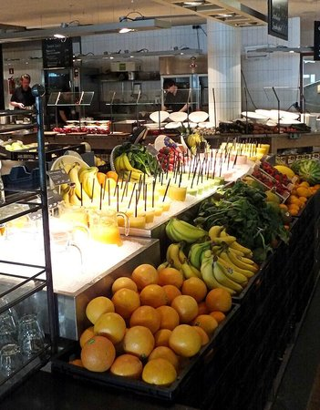 Bibliothèque centrale (Openbare Bibliotheek) : Fresh smoothies and fruit at the library cafe