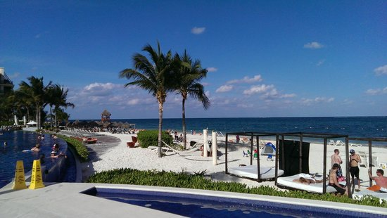 Dreams Riviera Cancun Resort & Spa: Left side of the beach with hammocks in view
