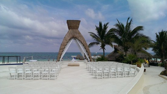 Dreams Riviera Cancun Resort & Spa: Wedding Ceremony area on the ocean front