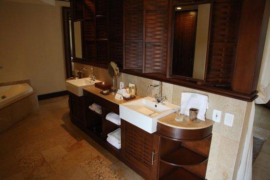 Dreams Riviera Cancun Resort & Spa : Double Vanity Sinks