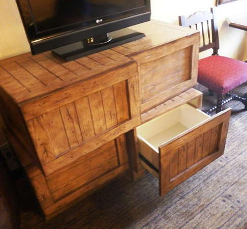 Disney's Caribbean Beach Resort: Dresser provided