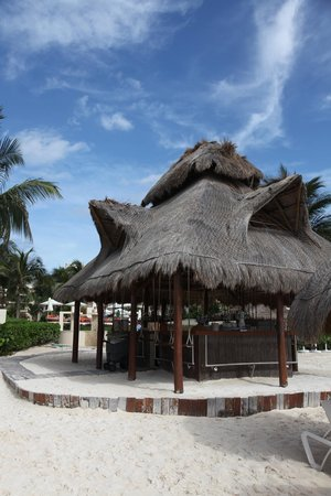 Dreams Riviera Cancun Resort & Spa : The Bar with swings on the beach