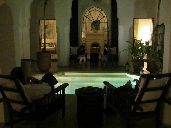 Dar Mo'da: patio intorno alla piscina