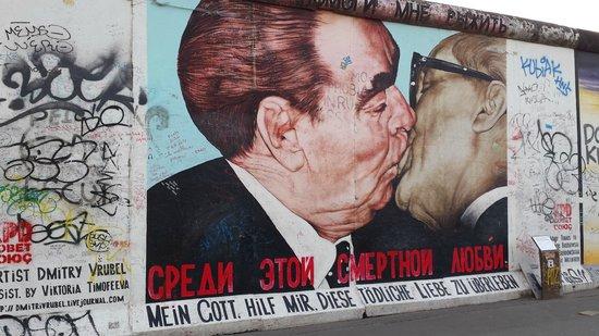 SANDEMANs NEW Europe - Berlin: El beso de Breznev y Honecker. East Side Gallery - Muro de Berlín
