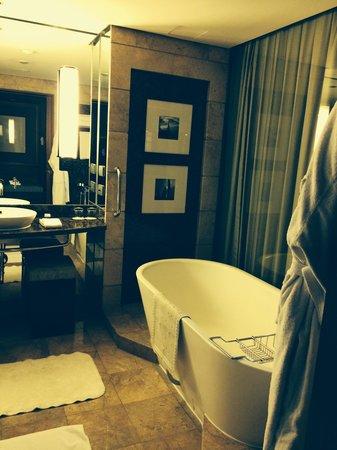 Conrad Bangkok Hotel: Bathroom