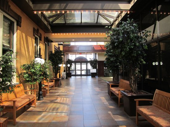 Crowne Plaza Hotel Pensacola Grand: Lobby of Hotel