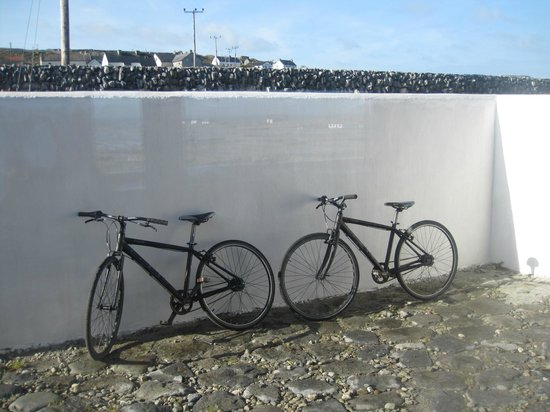 Inis Meain Restaurant & Suites: BIkes with gears!