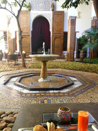 Riad Laaroussa Hotel and Spa: Beautiful fountain in  the courtyard