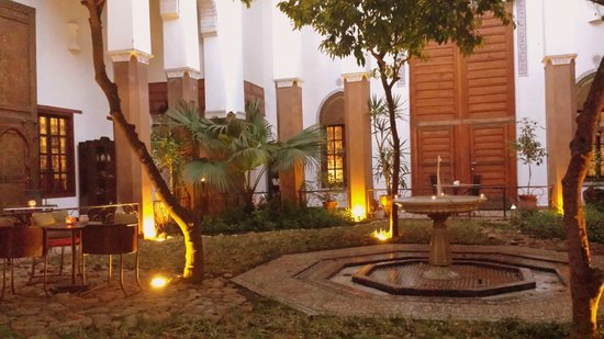 Riad Laaroussa Hotel and Spa: Courtyard at twilight