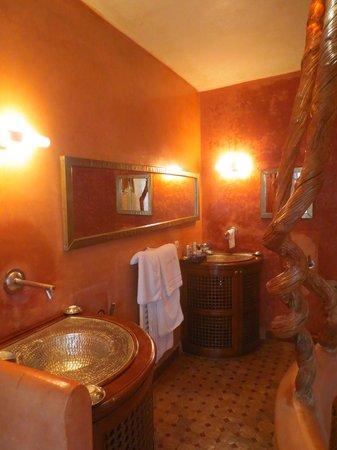 Riad Laaroussa Hotel and Spa : Gorgeous bathroom in Orange Suite