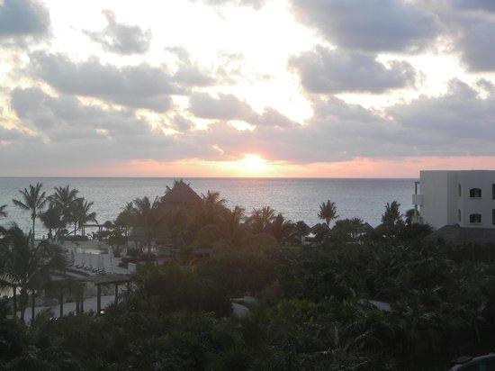 Secrets Maroma Beach Riviera Cancun: soleil levant vue du balcon