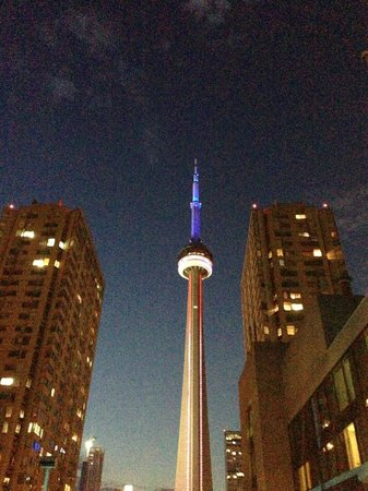 Radisson Admiral Toronto Harbourfront: View of CN Tower from pool deck