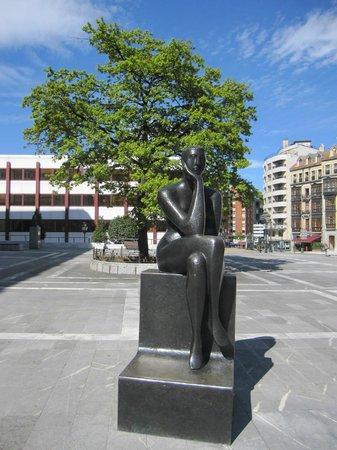 Esculturas de Oviedo: Una de las esculturas.