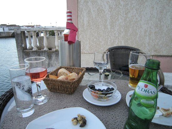 Tavira Lounge: Lovely fresh bread and olives at our riverside table