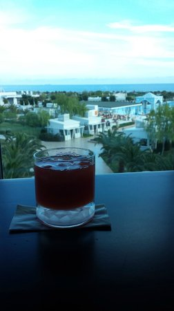 Hilton Dalaman Sarıgerme Resort & Spa: Pre dinner cocktails in Bar Rouge.