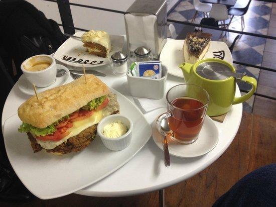 Puerto Blanco: Pan de soja, carrot cake, té de caramelo, capuccino
