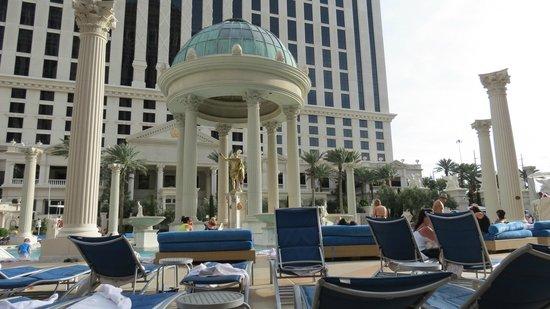 Caesars Palace : Area da piscina, vista do apartamento.