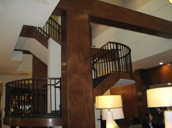 Hilton Knoxville : Staircase in lobby