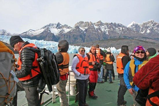 Rio Serrano Hotel : Nice Day on Deck at Grey Glacier