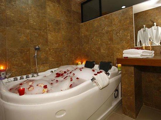 Jacuzzi Master Suite, Hotel Club del Sol, Atacames, Esmeraldas, Ecuador.
