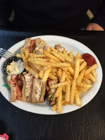 Harbour View Market & Restaurant: Lopsterclub platter with pommes