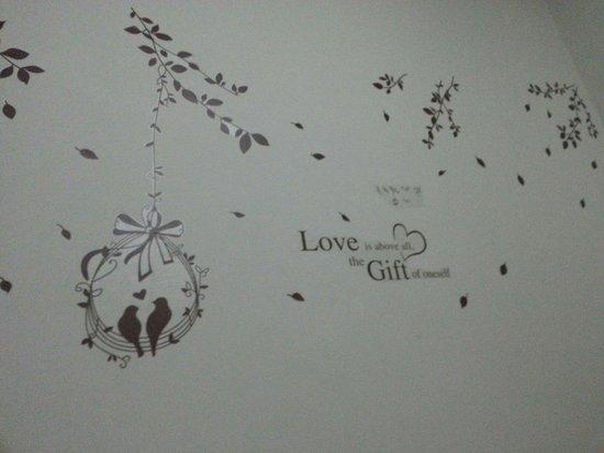 SWK95 Hotel: Wallpaper di dalam bilik.