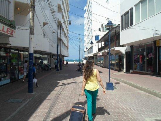 Hotel Calypso : Llegada al hotel desde donde nos deja el taxi, es el de la esquina a la derecha