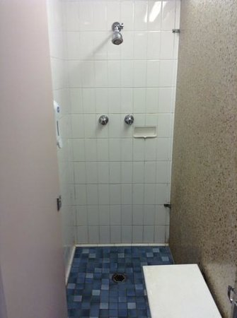 Song Hotel Sydney : ladies shared bathroom - shower