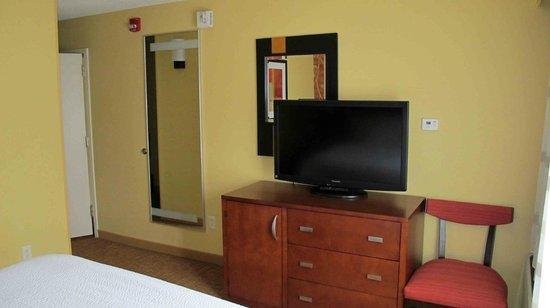 Courtyard Burlington Williston: King Bedroom