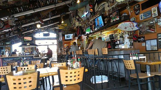 Nisqually Bar and Grill: Main part of the bar