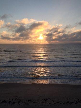 Radisson Suite Hotel Oceanfront: Beautiful sunrise