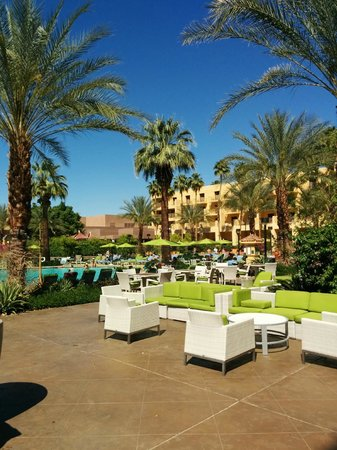 Renaissance Palm Springs Hotel: Outside-poolside