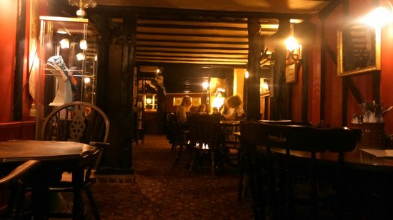 Four Horseshoes: Cosy evening dining