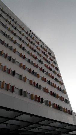 HARRIS Hotel Batam Center: Tampak depan dengan aksen pembatas jendela