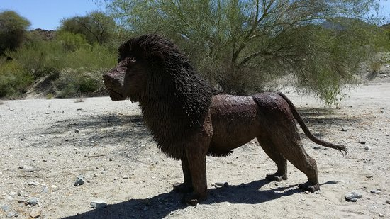 Living Desert Zoo & Gardens: Lots of animal sculptures around the park.