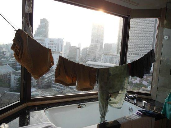 Shangri-La Hotel,Bangkok : handy clothes line for travelers