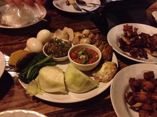 ต๋องเต็มโต๊ะ: The Northern Thai Sampler