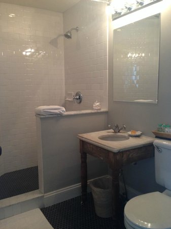 The Virginia Hotel: Bathroom of Holly room