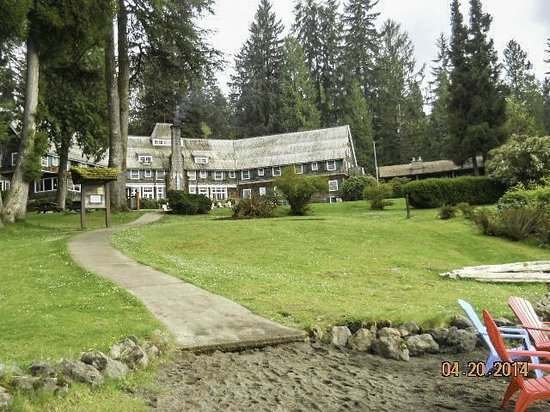 Lake Quinault Lodge: Main lodge from the beach