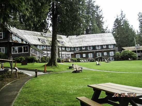 Lake Quinault Lodge: Lodge as seen from outside our room