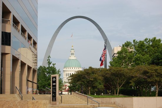 Gateway Arch: Arch with Old Courthouse in foreground