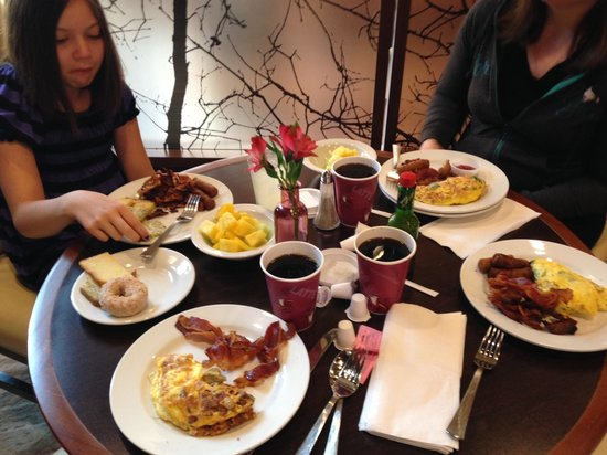 Embassy Suites by Hilton Chattanooga/Hamilton Place : Complimentary Breakfast of Champions